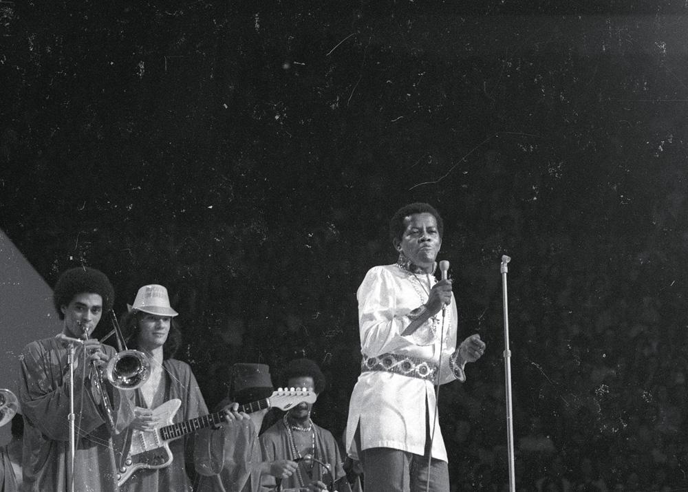 Erlon Chaves, um dos reis do groove brasileiro, no palco
