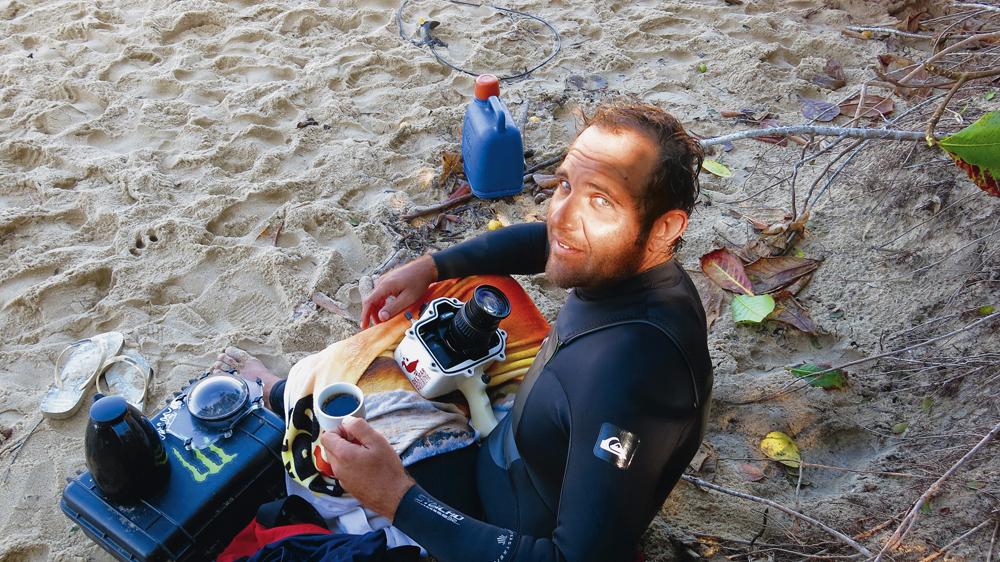Ubatuba/9h: O fotógrafo Aleko Stergiou faz pausa no surf na Praia do Félix e aproveita para tomar um café