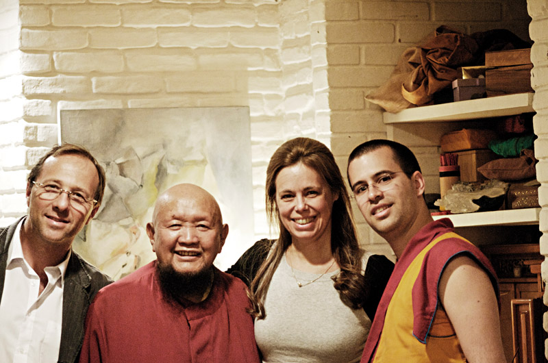 O psiquiatra e parceiro Sergio Klepacz, o mestre Lama Gangchen Rinpoche, Bel e seu filho, o Lama Michel Rinpoche