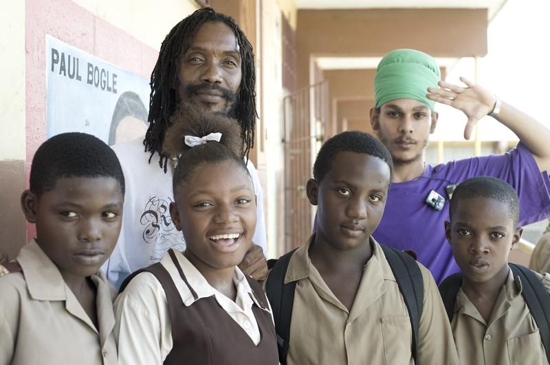 Conrad Crystal e Dada junto aos alunos da 'Haile Selassie High School' em Kingston