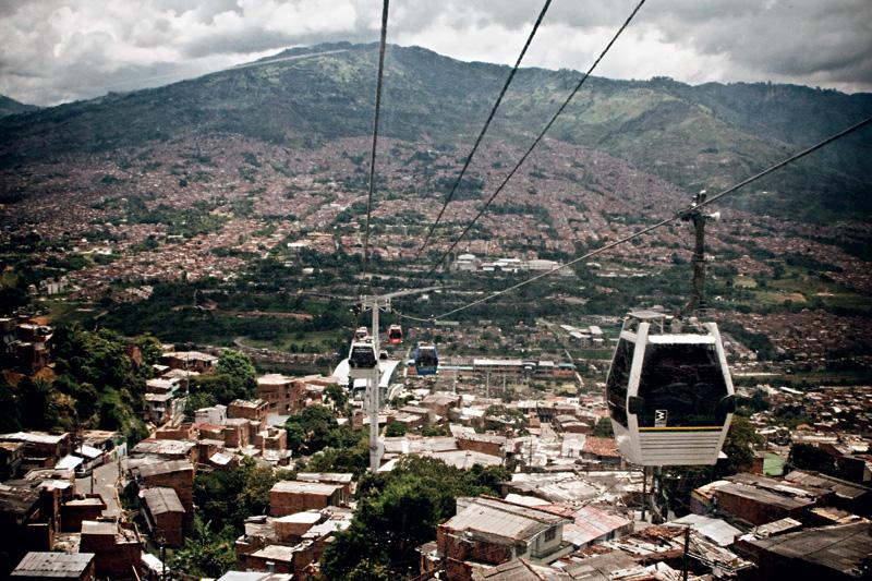 Uma nova e próspera Medellín é vista do teleférico Metrocable