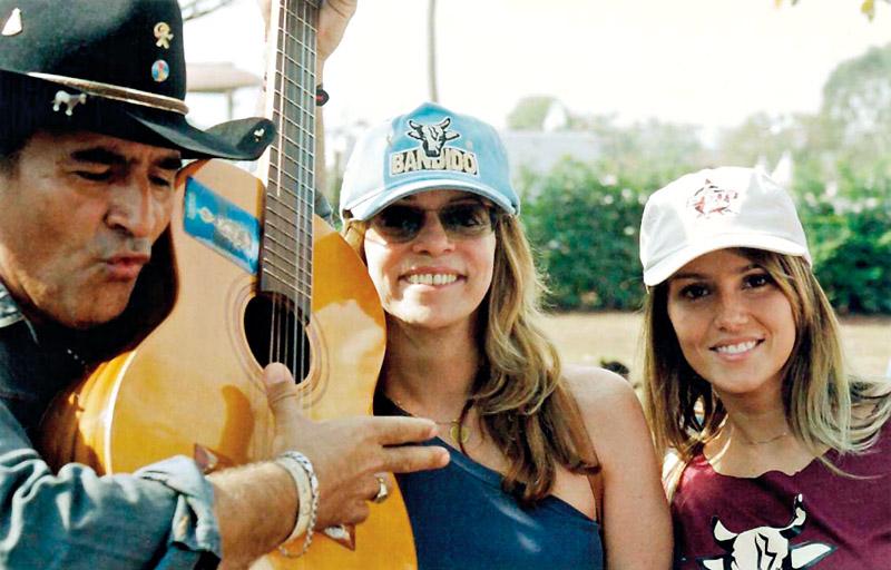 faz pesquisa de campo para a novela 'América', com um violeiro e a atriz Deborah Secco em Barretos