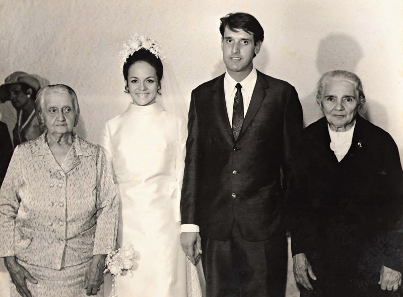 em seu casamento com o engenheiro Luiz Carlos Perez, ao lado das avós dos noivos Idália e Elvira