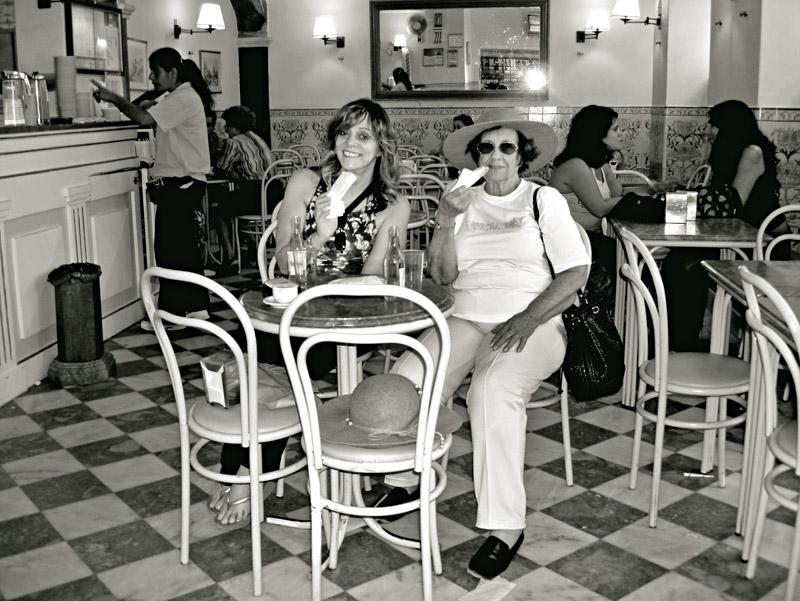 Com a mãe, Maria Augusta, em Portugal