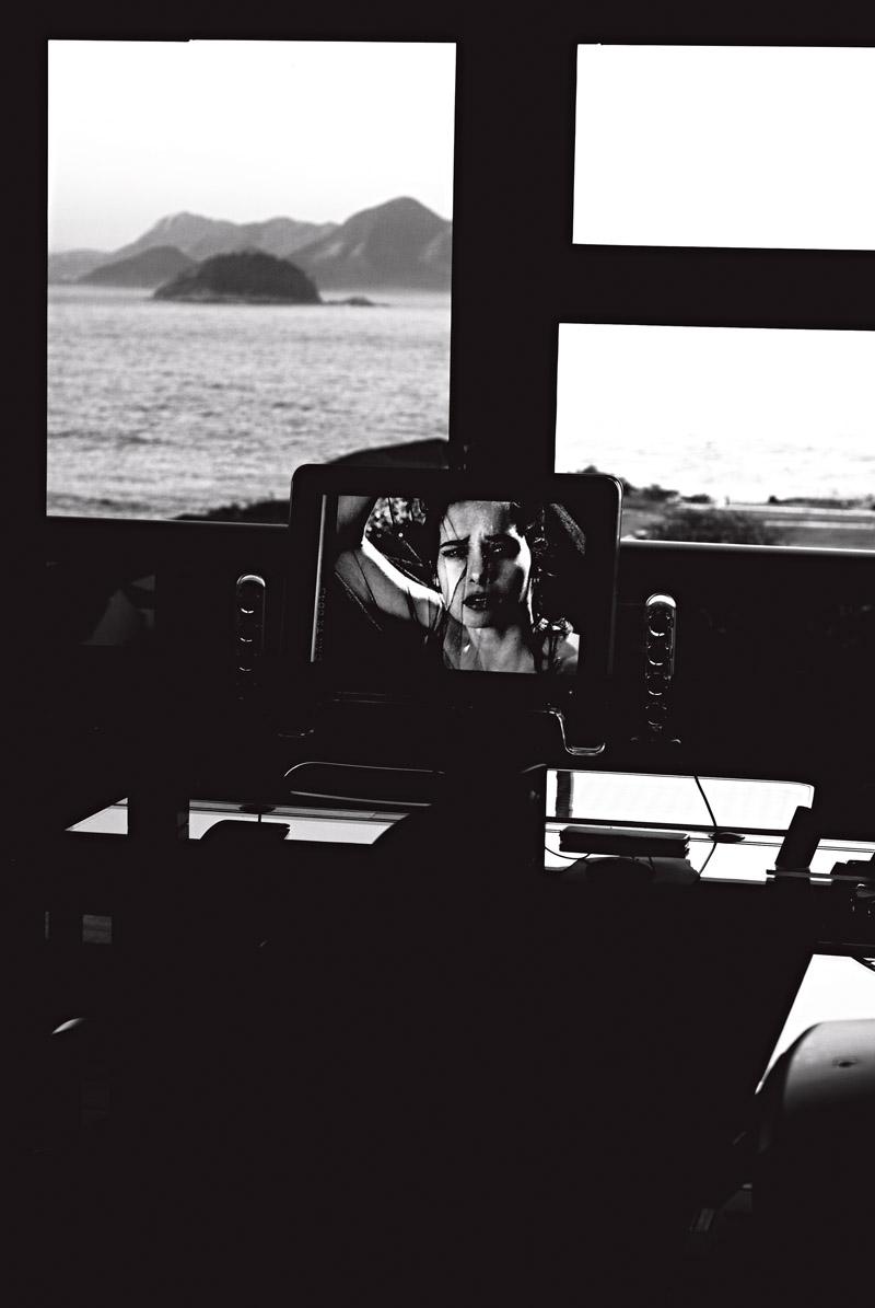 A foto da filha Daniella na tela do computador de seu escritório em Copacabana