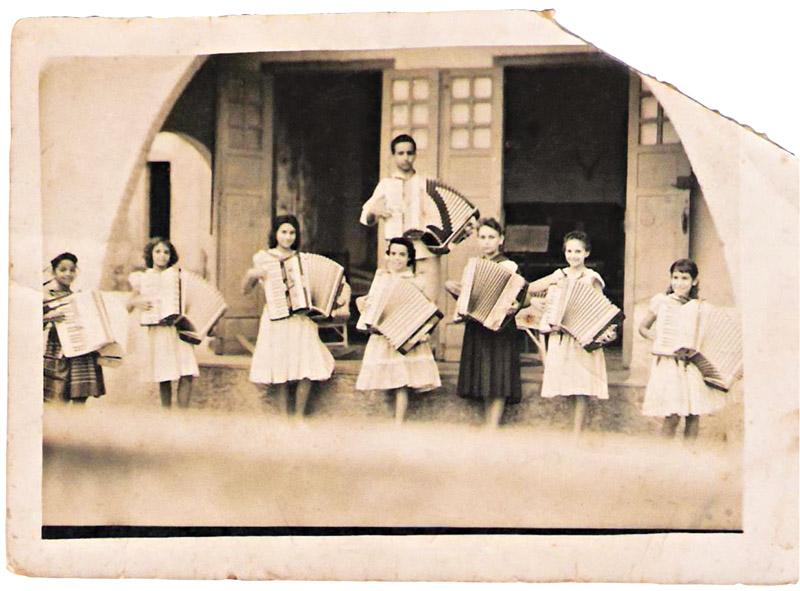 Na aula de acordeão de dona Caridad (ela é a segunda da esq. para a dir.)