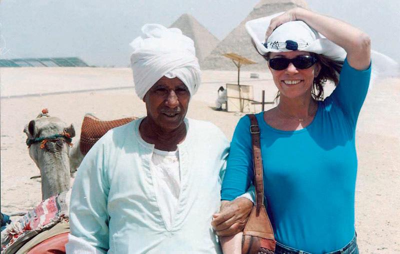 Fazendo pesquisa de campo para a novela O Clone, com um guia no Marrocos