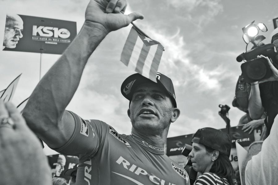 Slater comemora o décimo título com multidão em praia de Porto Rico