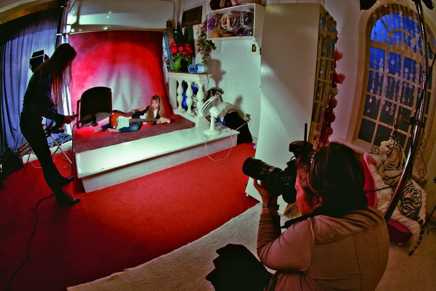 Após horas de produção, a mini miss posa em uma sessão de fotos para o seu site