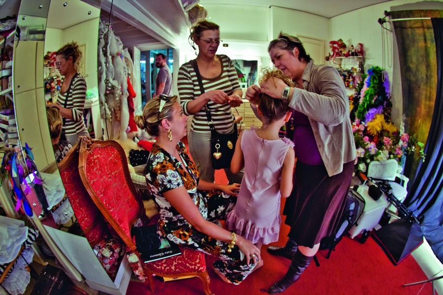 Natália produzindo o cabelo no estúdio de Carlos Camargo, o cabeleireiro das misses de Santa Maria