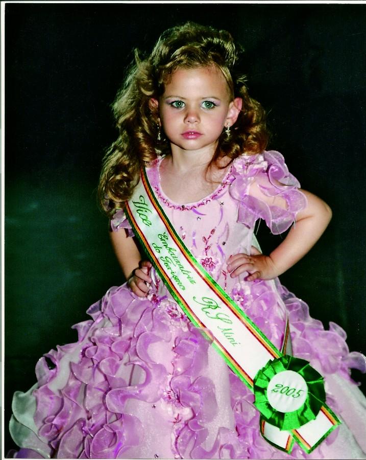 Em poses de miss, aos 2 anos