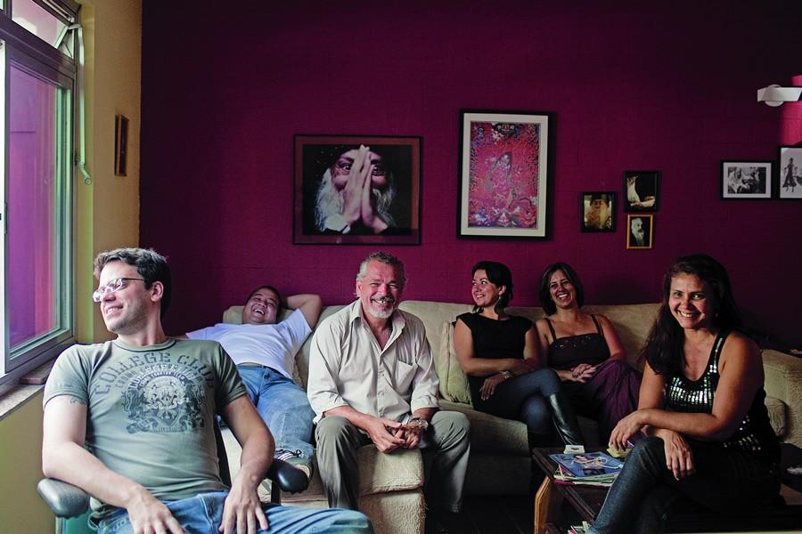 Nishok, no meio, e alguns terapeutas do Metamorfose