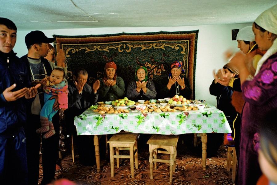 3. Convidados agradecem pelo banquete da festa de casamento de uma moça raptada três dias antes. É tradição a família do noivo abrir as portas de casa para exibir a nora. Um animal é assado e as festas duram até um mês.