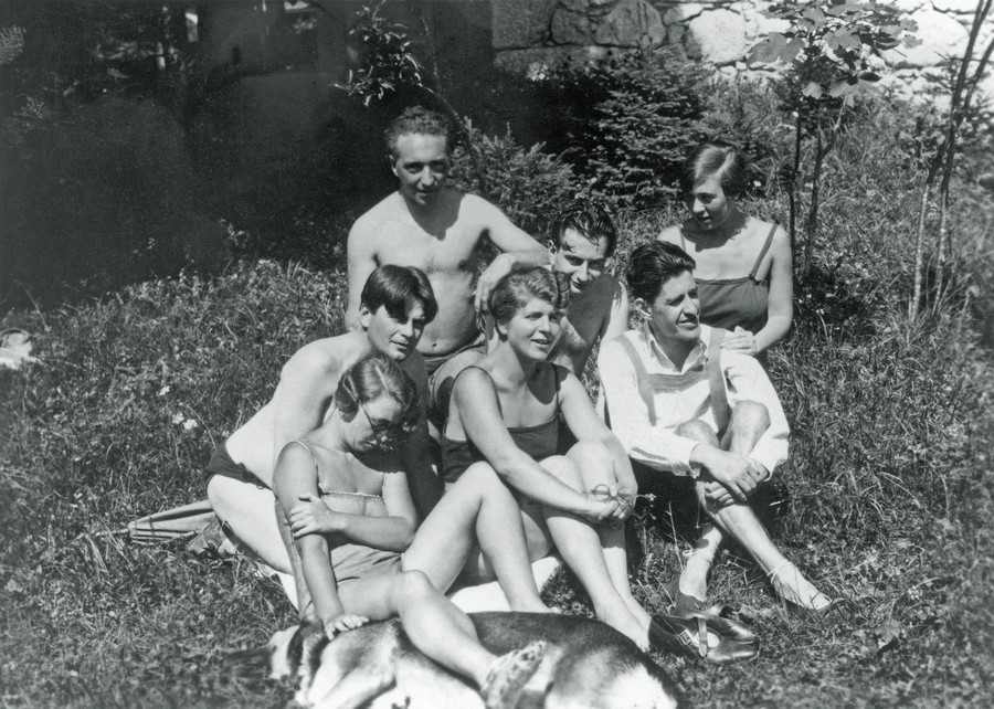 Reich (na fileira de cima, no meio) com grupo de amigos