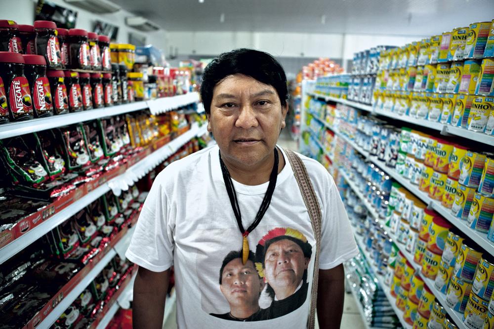 Davi, durante a visita da Trip, em um mercadinho no município de Caracaraí (RR)