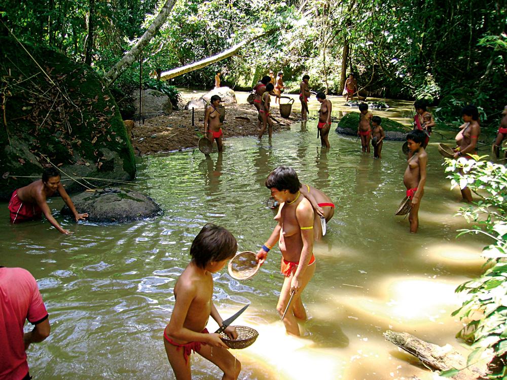 Cenas dos Yanomami da aldeia de Davi, na Serra do Demini