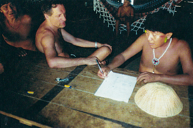 Bruce Albert e Davi em imagem da biografia francesa do xamã, La Chute du Ciel