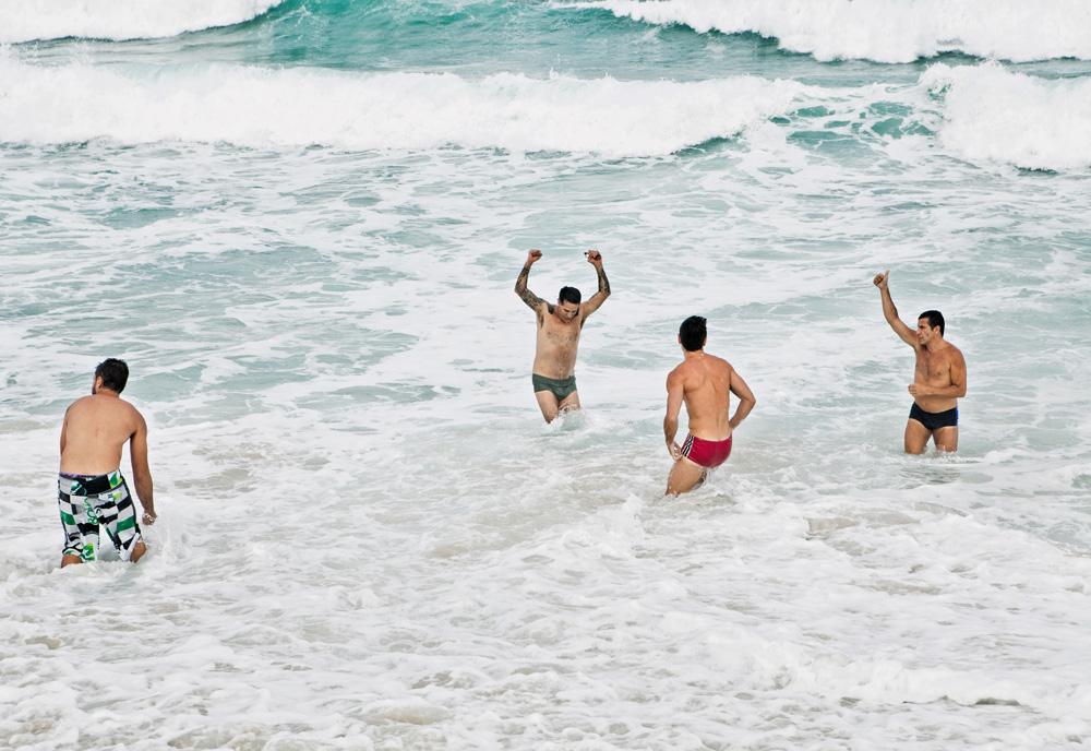 Arthur Veríssimo curte um dia na praia do Recreio com Eri Johnson