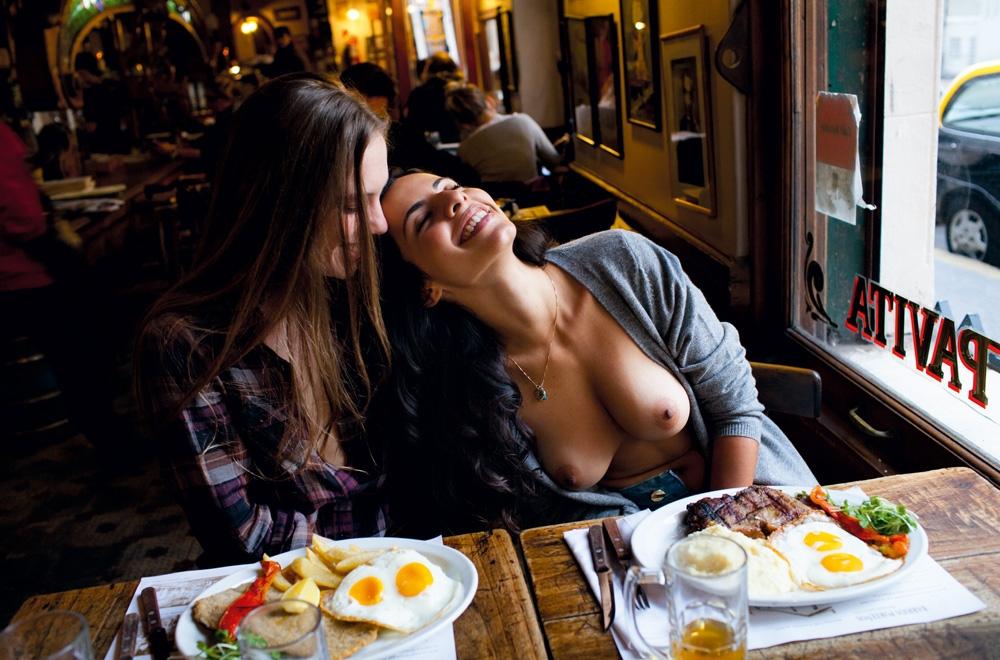 A argentina Maria Belém 29 anos (à esq.) e a brasileira Mariana, 25 anos: intimidade para nossas lentes no bar El Federal