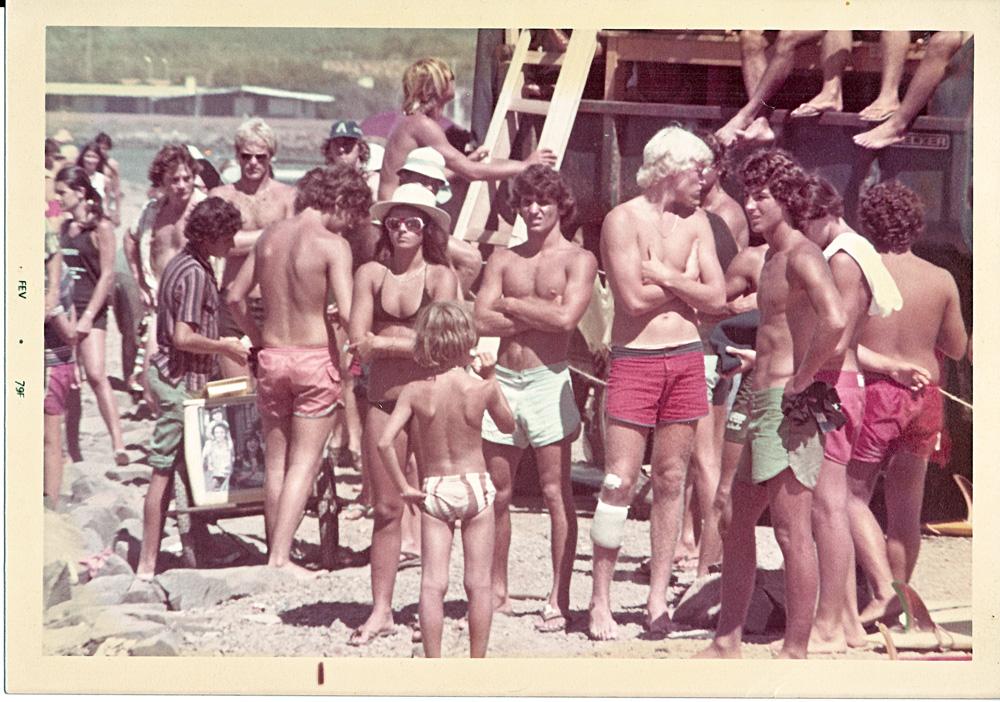 Roberta Borges, uma solitária garota, espera sua bateria entre os marmanjos na praia dos Molhes, Torres, 1979