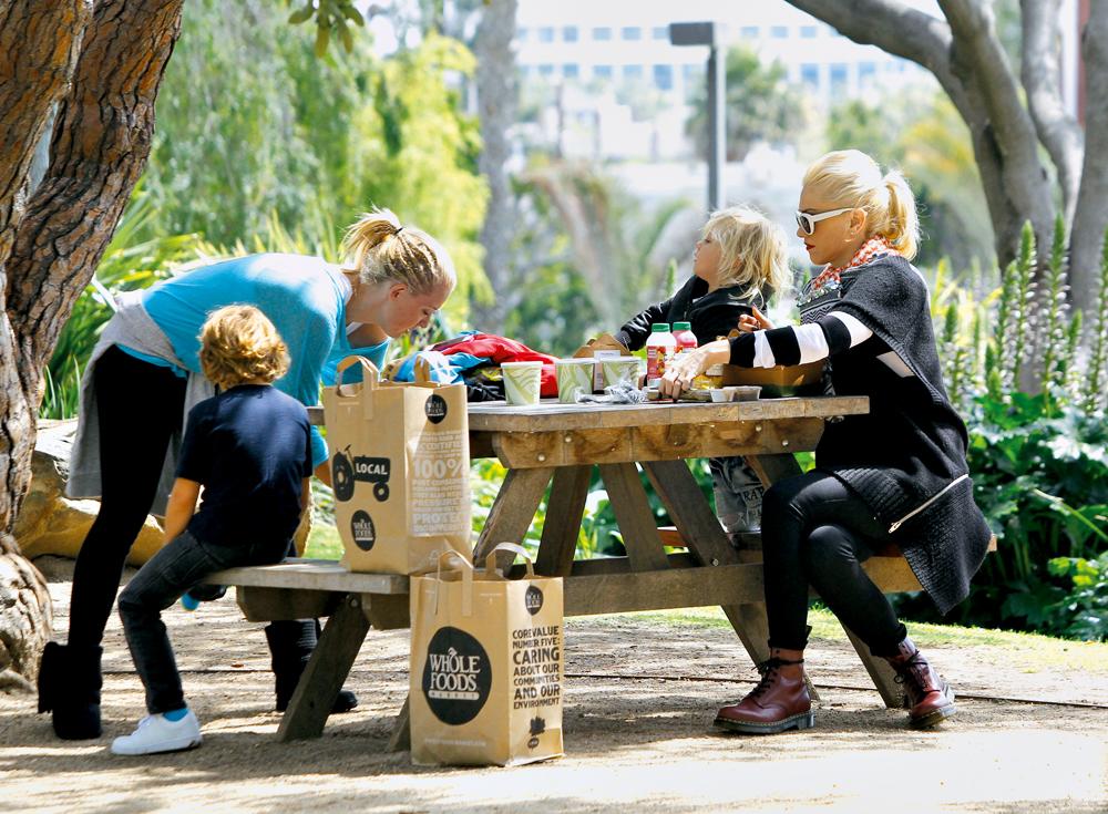 a cantora Gwen Stephani faz piquenique em Los Angeles com os filhos, após fazer compras no Whole Foods