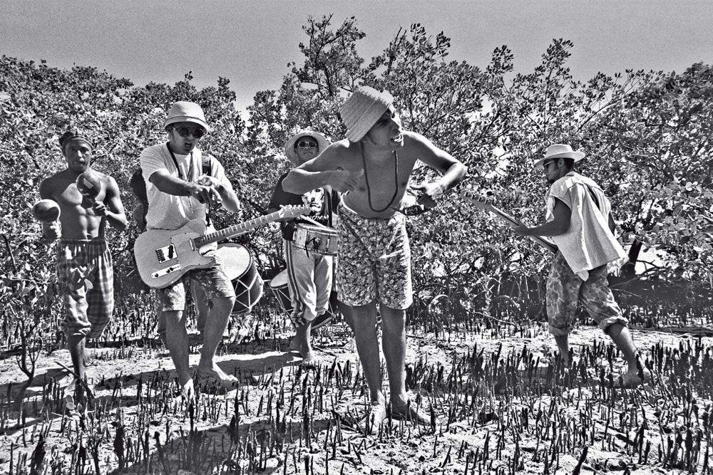 Chico Science e Nação Zumbi em 1995: levando os tambores para os mangues pernambucanos