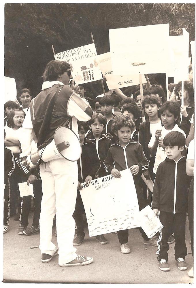 De megafone na mão, em campanha pela preservação das baleias com alunos de escola pública de Embu (SP), em 1987