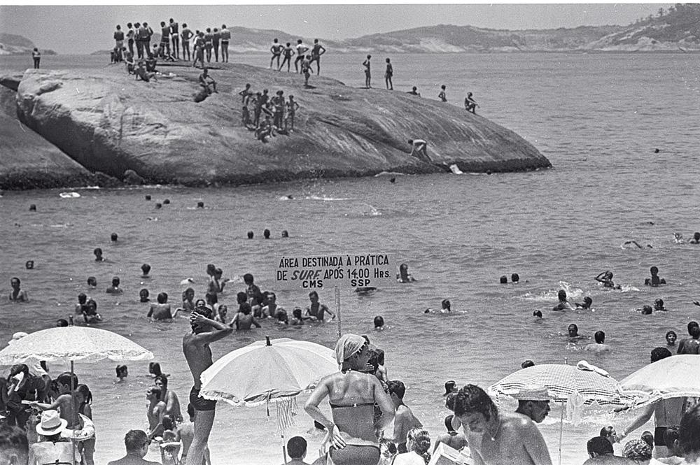Cenas das areias do Arpoador do início dos anos 60