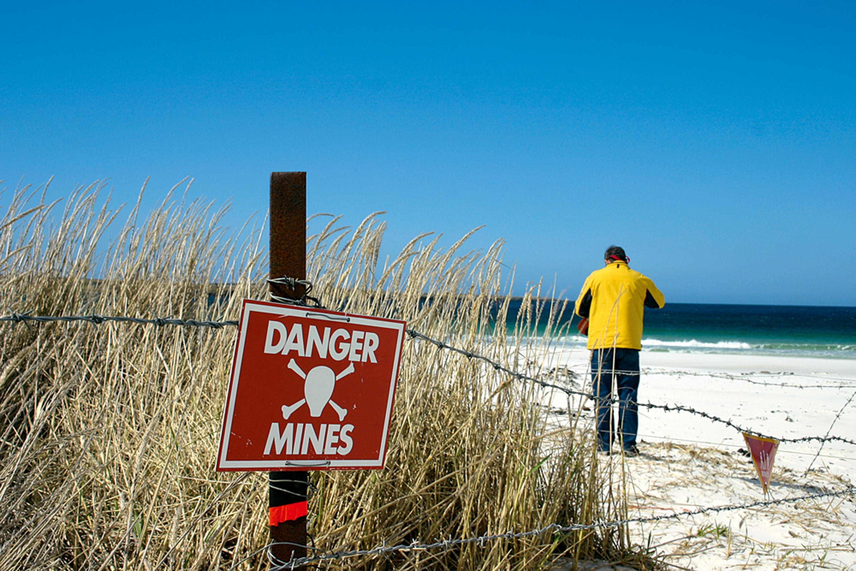 PRAIA PROIBIDA : Assim é conhecida essa faixa de areia nas ilhas Malvinas (Falkland, para os ingleses). O governo local não se responsabiliza pela segurança de quem resolve andar por ali, onde pode haver minas terrestres remanescentes da guerra de 1982. Mesmo assim, alguns arriscam a sorte.
