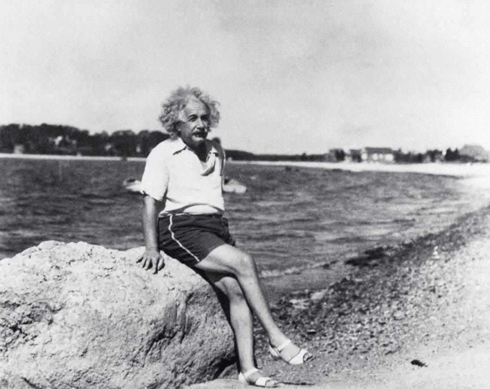 Albert Einstein relaxa na praia do Lago Saranac de Nova York, onde gostava de passar o verão: a praia ajuda a pensar e a refletir
