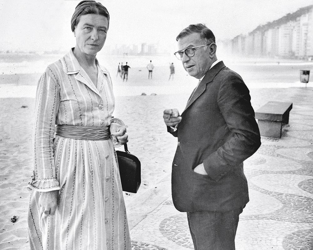 Simone de Beauvoir e Jean-Paul Sartre no calçadão de Copacabana em 1960