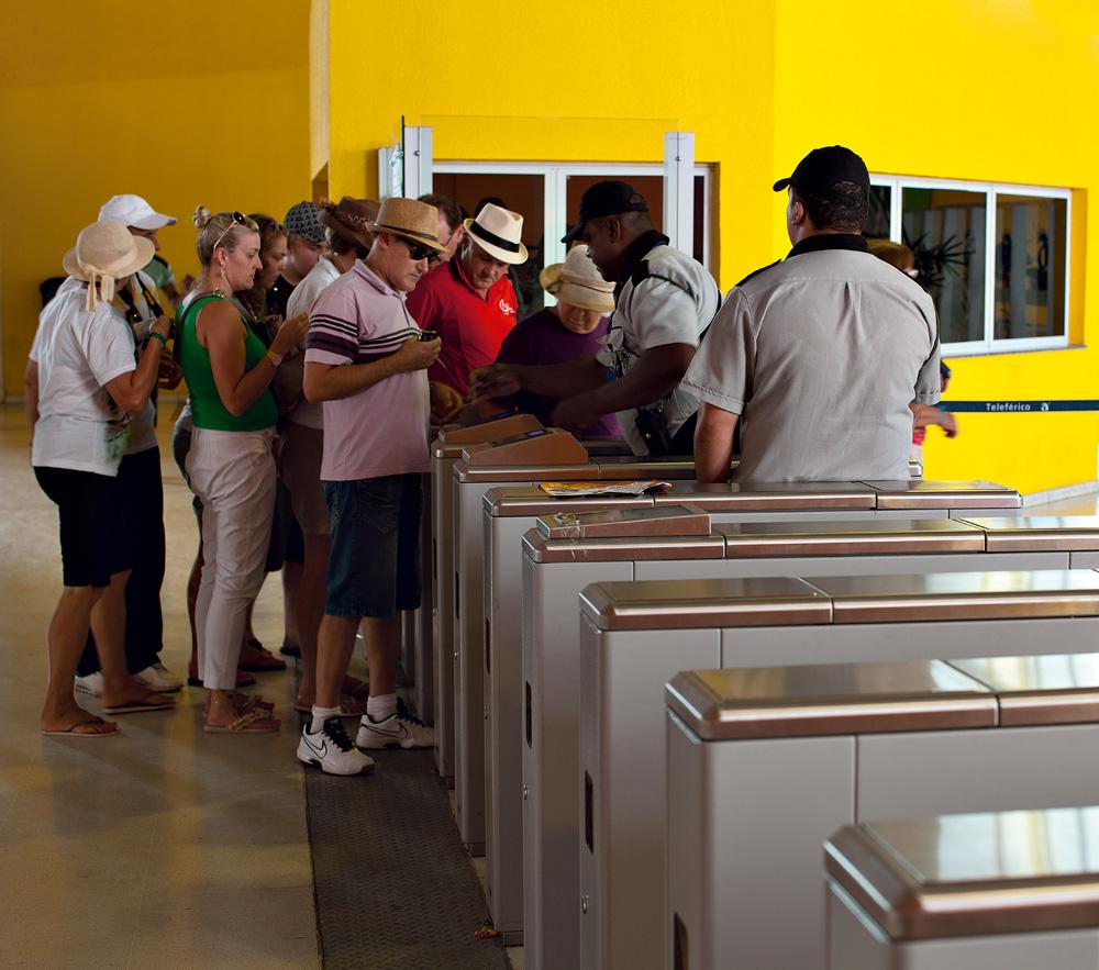 Turistas a caminho do Complexo do Alemão