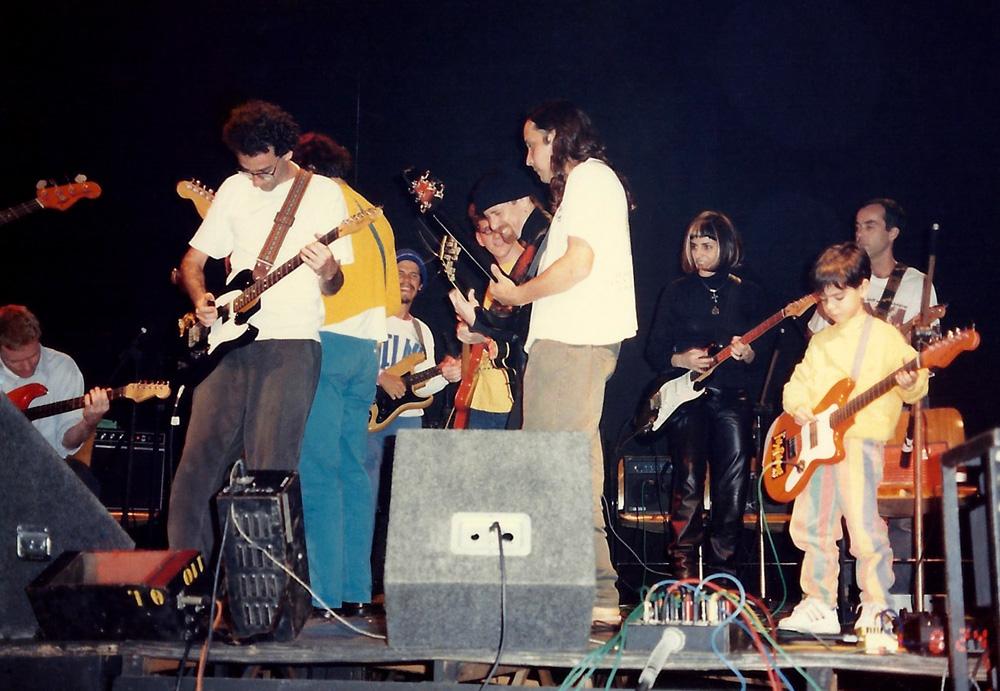 Com a banda de artistas plásticos Chelpa Ferro, em 1994