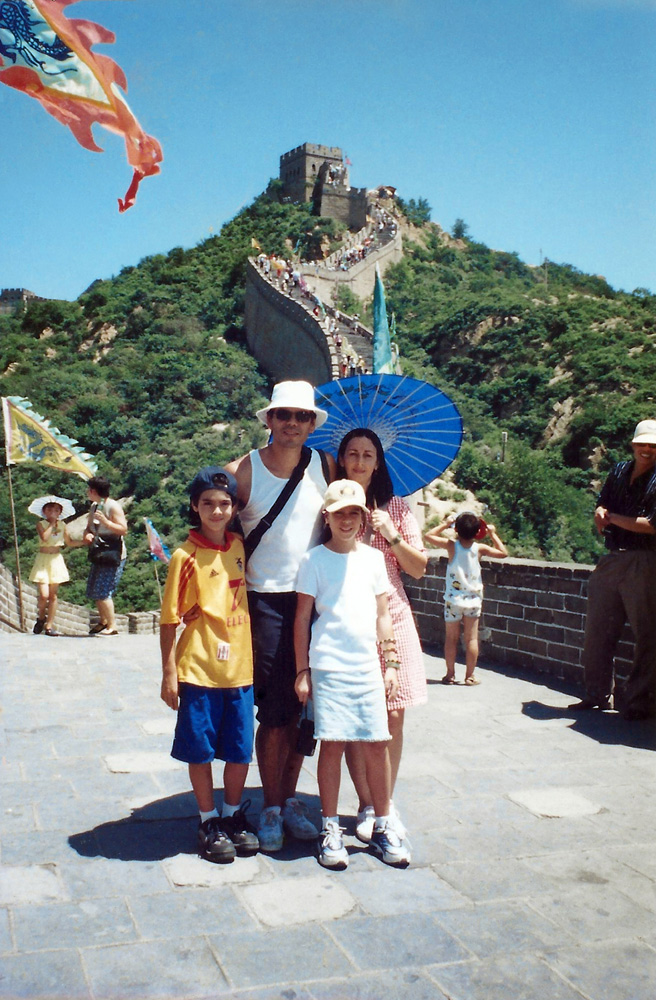 Nicolau, Dado, a mãe, Fernanda, e a irmã Miranda na Muralha da China, em 2000