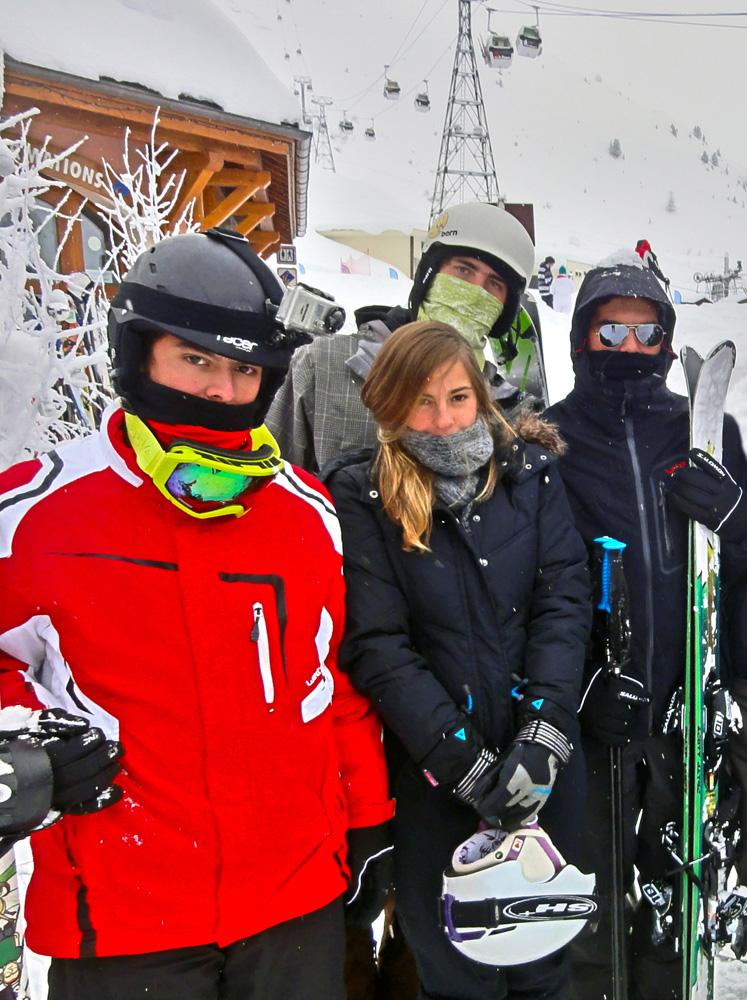 Esquiando em La Plagne, na França, com a namorada, Vitória, um amigo e Dado