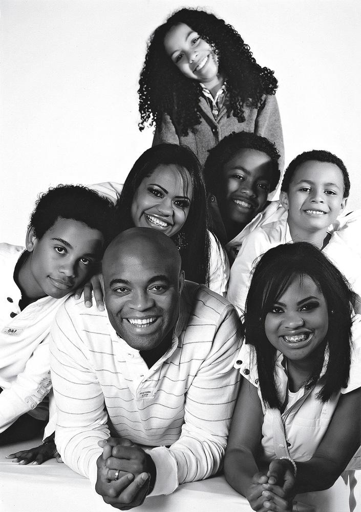 Em sentido horário: Anderson, Gabriel, a esposa, Dayane, Kauana, Kalyl, João e Kaory