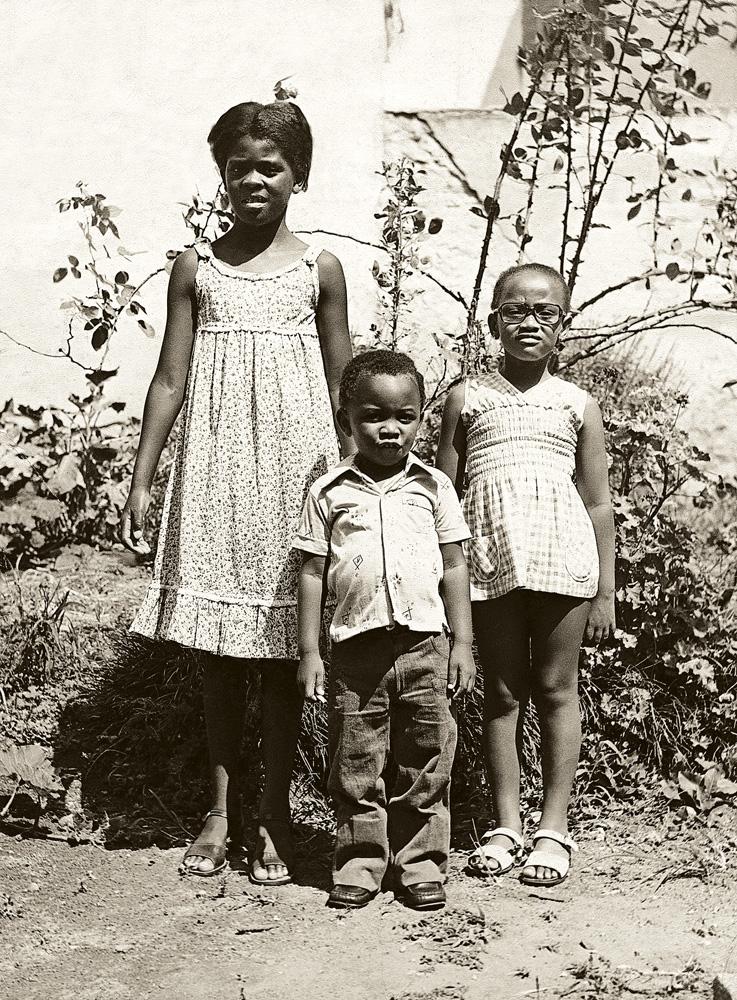 Anderson aos 4 anos, entre as primas Sandra e Silvana