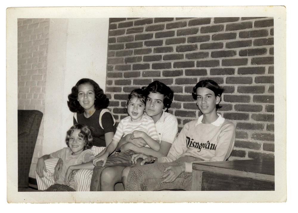 Nando (sentado no chão) e os irmãos, Quilha, Lulu, Zeco e Carlito, em 1972