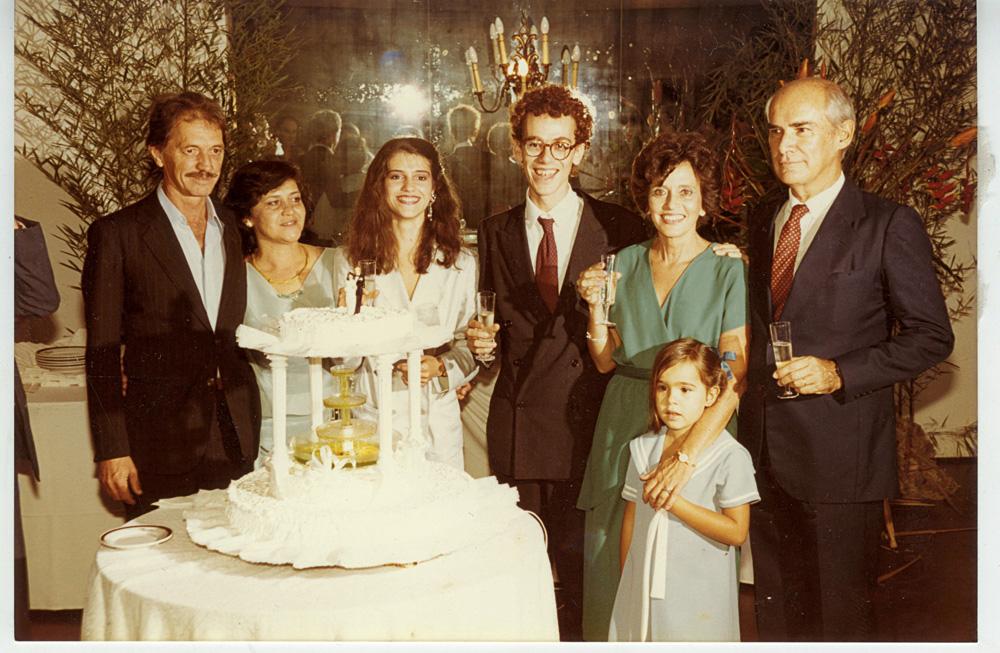 Vânia e Nando com os pais e uma sobrinha, Clara, na festa do primeiro casamento, em 1985