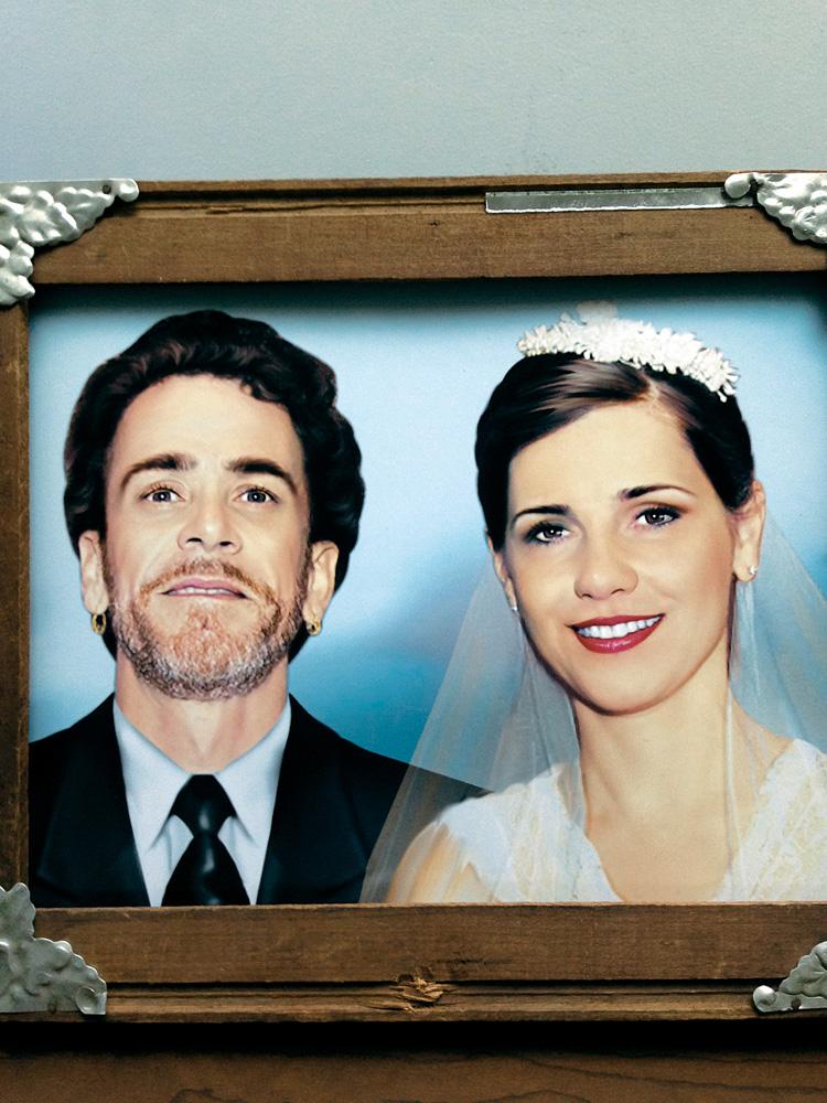 O retrato do Mestre Julio pintado sobre foto do segundo casamento deles, no ano passado, em Quito.
