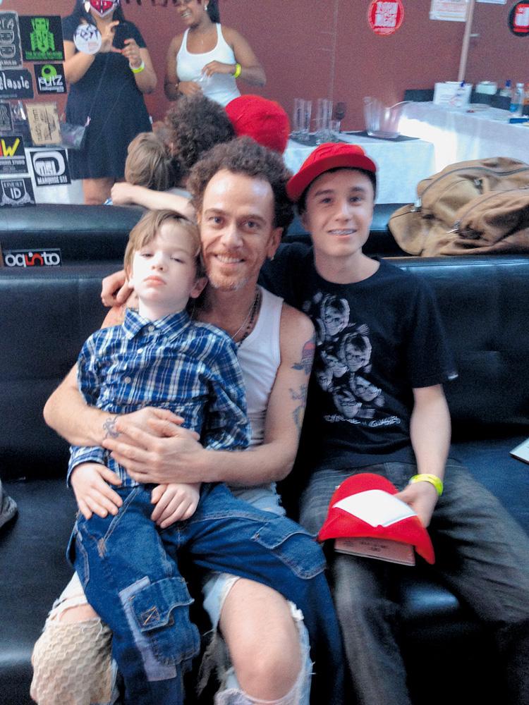 Com o caçula, Ismael, 8 anos, e o irmão dele, Jonas, que moram com a mãe no Rio Grande do Sul