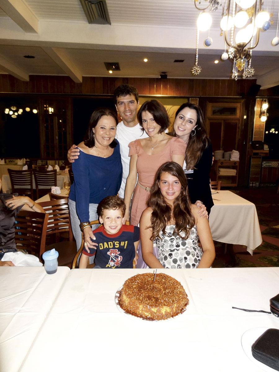 Com a mãe, Silvia Regina, os irmãos Ricardo e Barbara e os sobrinhos
