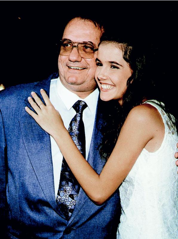 Abraçada ao pai, Ricardo