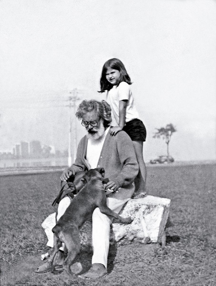 Com o pai, Fernando Torres, e o cachorro Duque, em 1972, em praça próxima à Lagoa Rodrigo de Freitas, Rio de Janeiro
