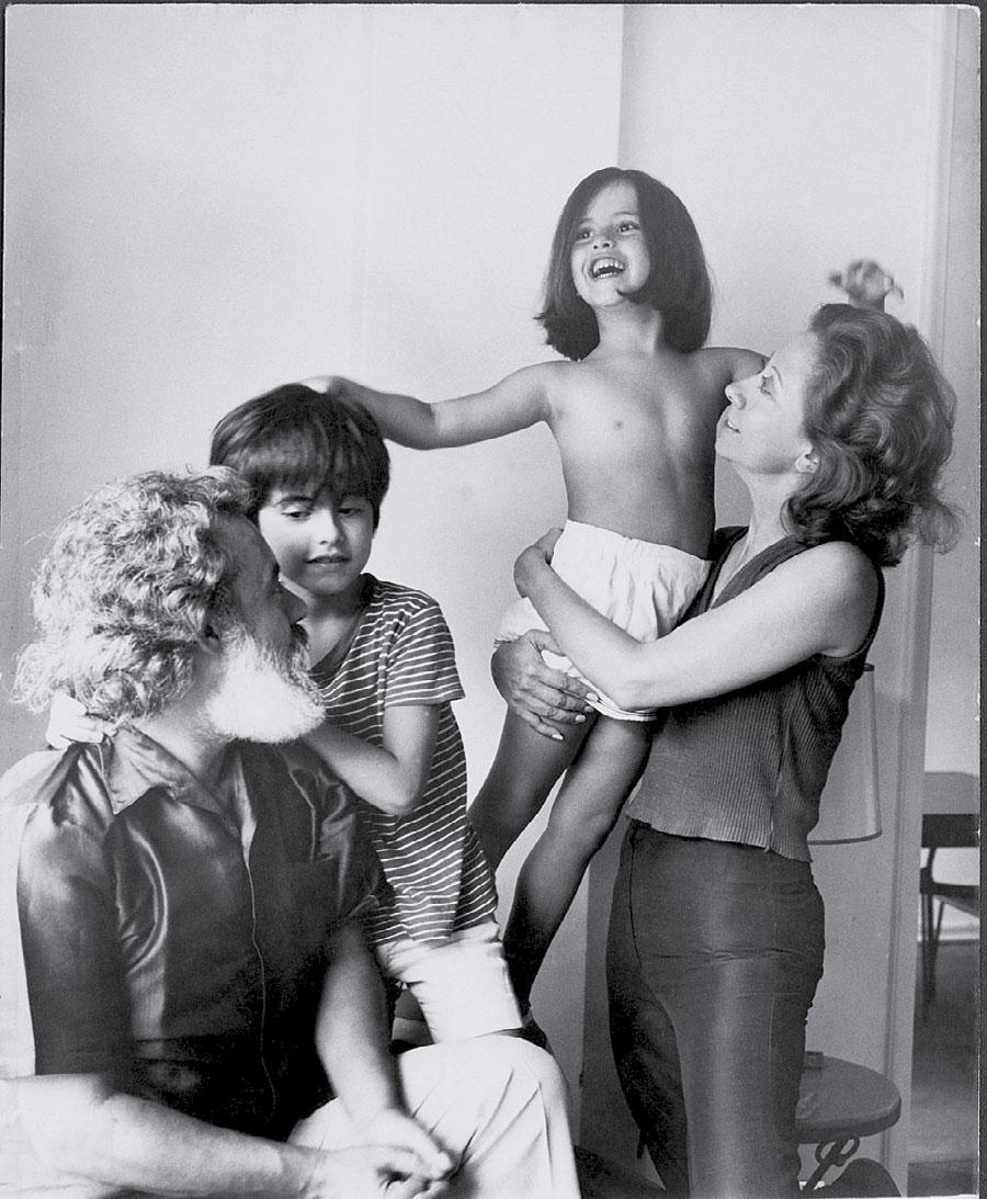 Com os pais e o irmão, em 1971