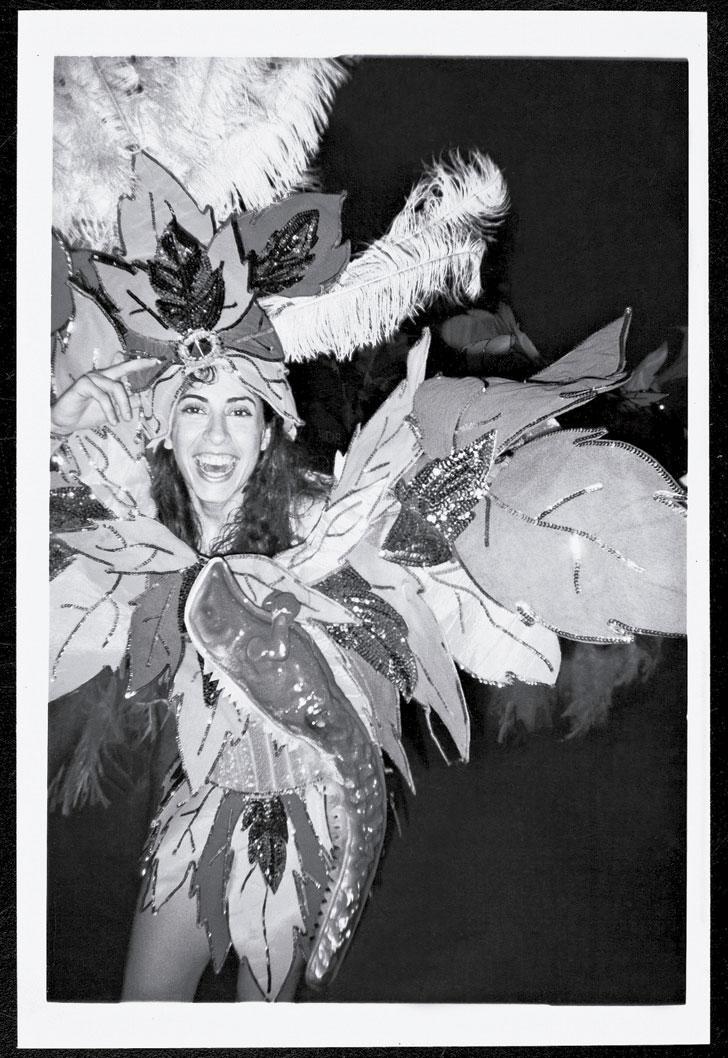 Carnaval de 1995, fantasiada de mata (com lagarto em primeiro plano), na homenagem da Mangueira à ilha de Fernando de Noronha