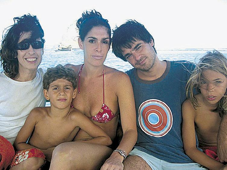 A família com a amiga Paula Lavigne