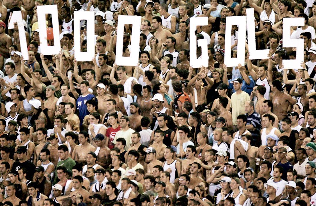 Torcida do Vasco comemora os mil gols de Romário, no dia 20 de maio de 2007