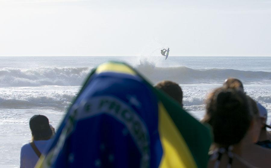 Gabriel Medina em uma das baterias do circuito mundial em Portugal, no mês passado, quando foi eliminado - o que levou a decisão final para dezembro, no Havaí