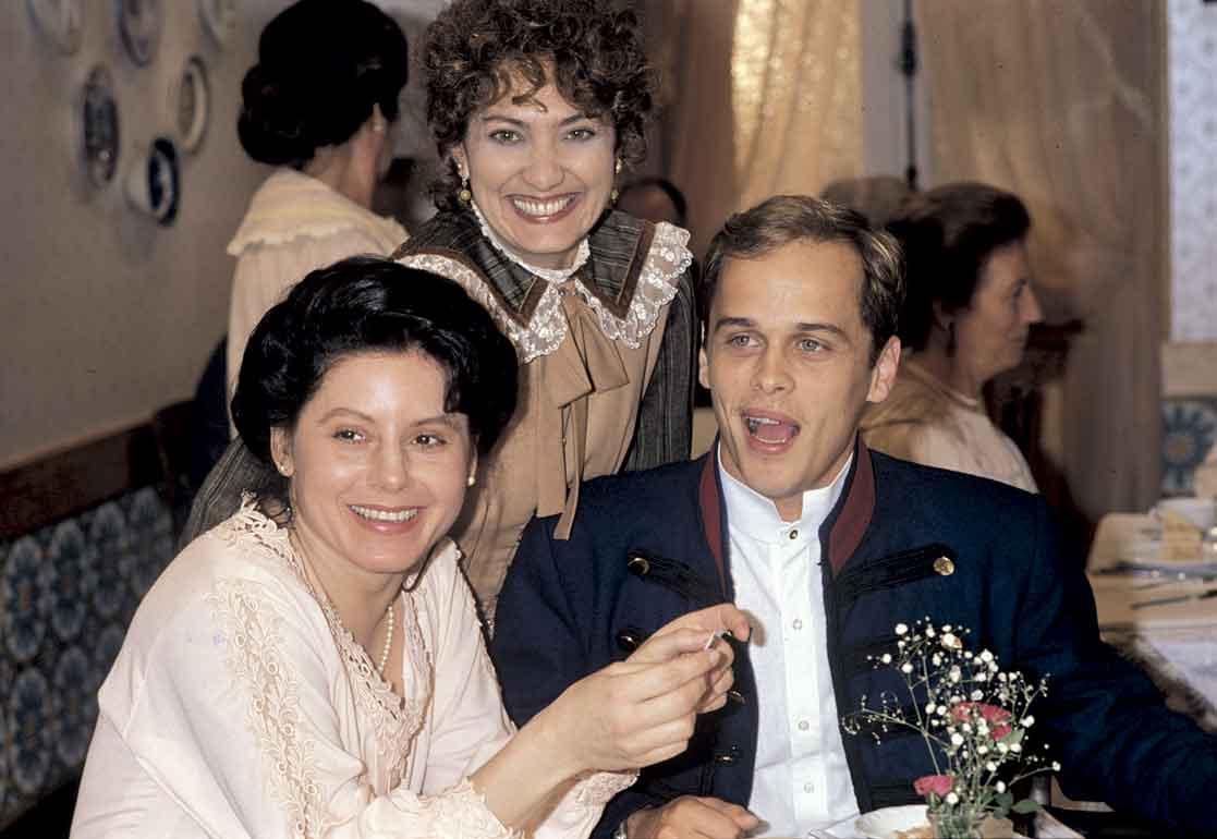Com Vera Fischer e Eliane Giardini na minissérie Desejo, em 1990
